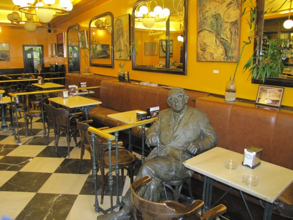 Estatua_Gonzalo_Torrente_Ballester_Cafe_Novelty_Salamanca.jpg